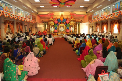 Hundreds of disciples from far and near had gathered inside the temple for Acharya Swamishree�s final ashirwad of His 2014 North America vicharan