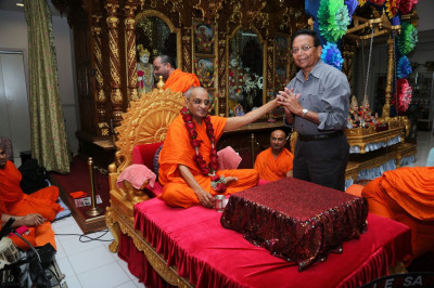 Acharya Swamishree blesses Mr. Jitendrabhai Fadia, organizer of the New Jersey Health Camp that takes place at the temple annually