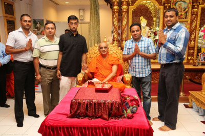 Acharya Swamishree blesses the disciples who volunteer for the temple�s Public Relations department