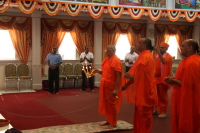Acharya Swamishree performs the final 2014 aarti in Shree Swaminarayan Temple New Jersey