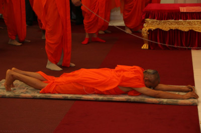 Acharya Swamishree performs dandvat for the final time during his 2014 North America vicharan