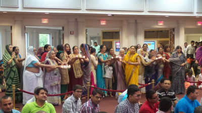 Female disciples perform aarti in honor of Mother�s Day