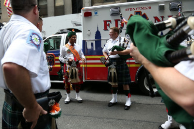 A Shree Muktajeevan Swamibapa Pipe Band USA member speaks with a member from FDNY Emerald Society Pipes and Drums