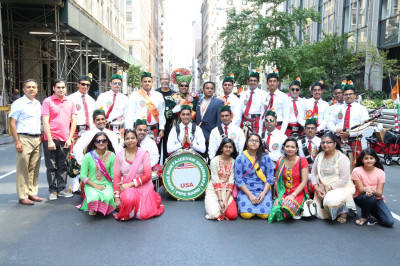 Shree Muktajeevan Swamibapa Pipe Band USA poses for a picture with volunteers after the parade
