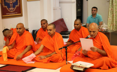 Sadguru Shashtri Shree Jitendrapriyadasji Swami addresses the congregation