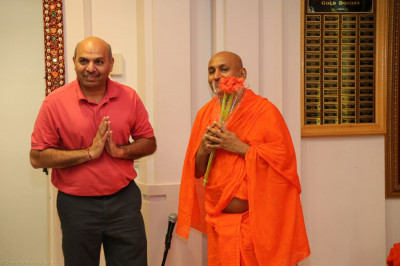 A disciples welcomes Sant Shiromani Shree Sanatandasji Swami
