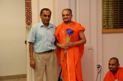 A disciples welcomes Sant Shiromani Shree Haripriyadasji Swami