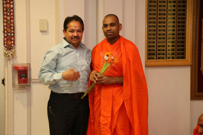 A disciples welcomes Sant Shiromani Shree Divyanilaydasji Swami