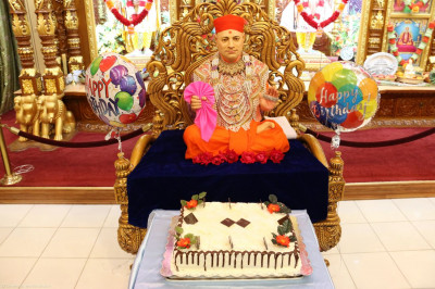 A cake honoring His 109th manifestation day is offered to Gurudev Jeevanpran Shree Muktajeevan Swamibapa