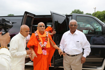Acharya Swamishree arrives to Shree Swaminarayan Temple � Bear, DE