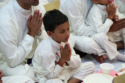 A young disciple prays to Lord Swaminarayanbapa Swamibapa