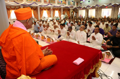 Disciples perform the Maha-Yagna in front of Acharya Swamishree