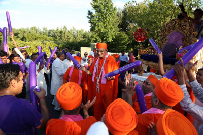Acharya Swamishree joins the disciples after the Smruti Mandir Dance