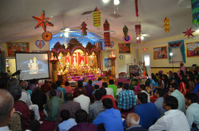 Disciples watch and listen to Jeevanpran Shree Muktajeevan Swamibapa's divine blessings for the New Year