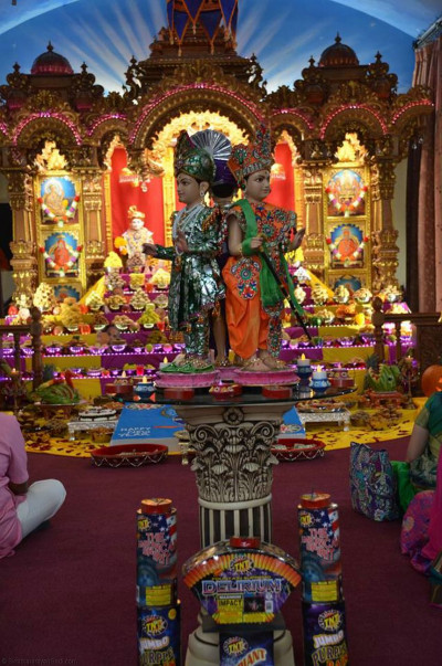 Divine darshan of Lord Shree Swaminarayan at the center of the temple hall