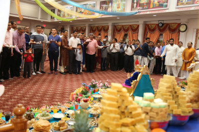 Disciples perform annakut aarti for blessings in the New Year
