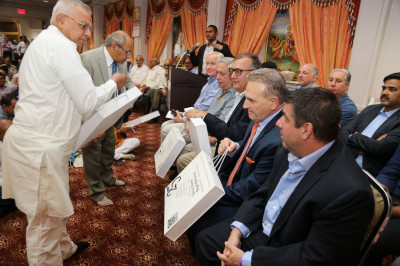 Shree Swaminarayan Temple offers mementos to the honored guests of the Diwali celebrations