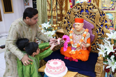 Disciples offer cake to Gurudev Jeevanpran Shree Muktajeevan Swamibapa