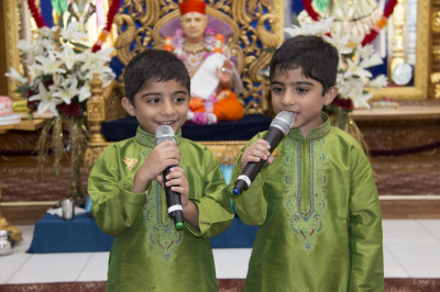 Two young disciples share a few words in praise of Gurudev Jeevanpran Shree Muktajeevan Swamibapa