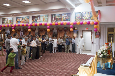 Disciples perform aarti to Gurudev Jeevanpran Shree Muktajeevan Swamibapa and Lord Shree Swaminarayanbapa Swamibapa
