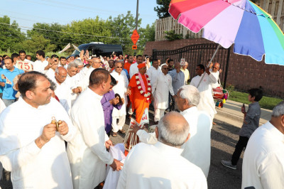 Disciples welcome Acharya Swamishree to Shree Swaminarayan Temple - Streamwood, Illinois