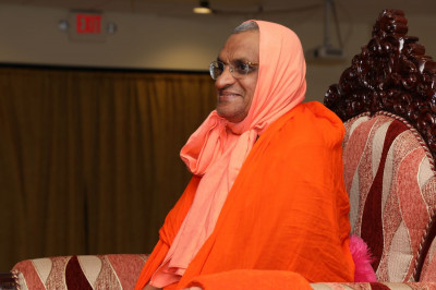 Divine darshan of Acharya Swamishree as the evening program commences