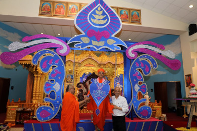 Divine darshan of Acharya Swamishree adorned in vagha to match the special hindolo as part of the Sadbhav Amrut Parva celebrations in Streamwood, Illinois