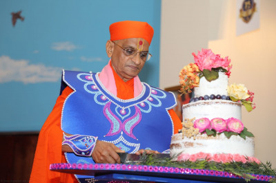 Acharya Swamishree cuts a cake as part of the Sadbhav Amrut Parva celebrations