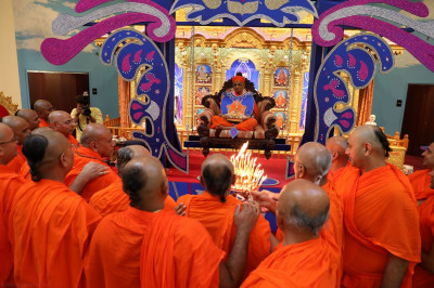 Sants perform aarti to Acharya Swamishree and Shree Harikrushna Maharaj