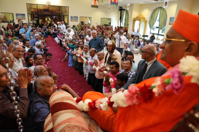 Disciples offer a 75-footlong garland to Acharya Swamishree in honor of His Sadbhav Amrut Parva