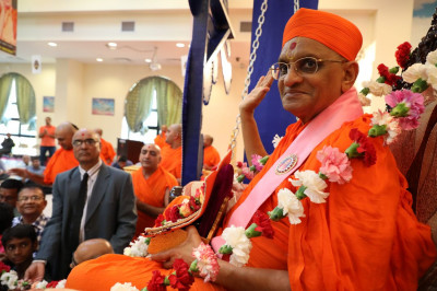 Divine darshan of Acharya Swamishree adorned in the 75-footlong garland