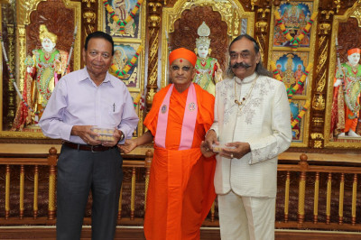 Acharya Swamishree greets and blesses esteemed guests