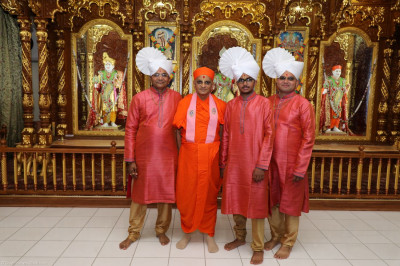 Acharya Swamishree blesses grand sponsor disciples for their noble contributions to Sadbhav Amrut Parva North America