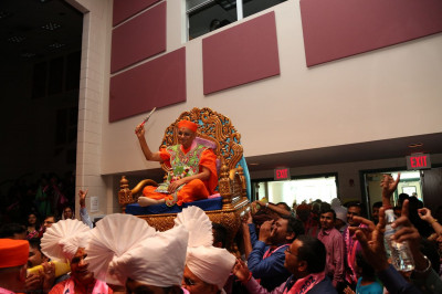 Divine darshan of Acharya Swamishree after entering Secaucus High School�s Performing Arts Center. Disciples rejoice after He enters