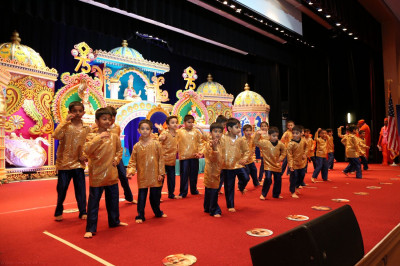 Young disciples from all across North America perform a dance in celebration of Acharya Swamishree�s Sadbhva Amrut Parva North America