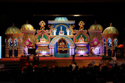 Divine darshan of Acharya Swamishree and the hand-crafted stage built for Sadbhav Amrut Parva North America