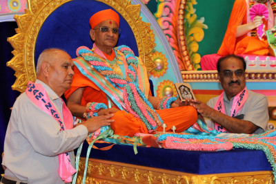 Acharya Swamishree blesses disciples who made contributions to Sadbhav Amrut Parva
