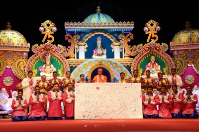 Acharya Swamishree blesses the disciples who partook in the dance