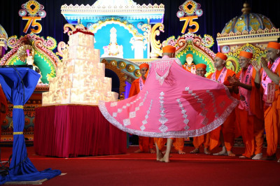 Acharya Swamishree blesses disciples with divine darshan of Him spinning in the newly-adorned pink and crystal vagha