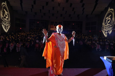 Divine darshan of Acharya Swamishree in front of over a thousand disciples