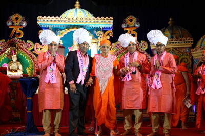 Acharya Swamishree blesses the main event sponsors for their contributions to the event