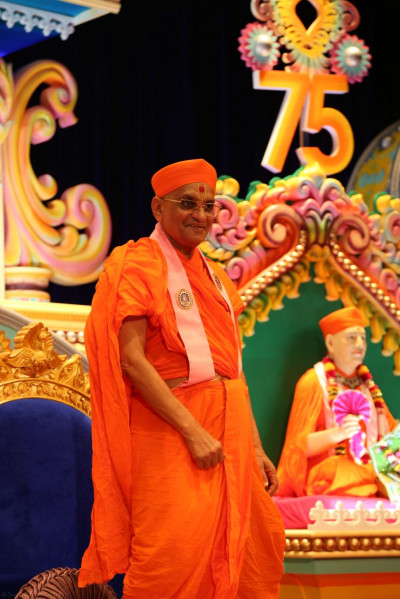 Divine darshan of Acharya Swamishree getting ready to dance with His sants and disciples to timli kirtans