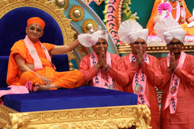 Acharya Swamishree blesses grand sponsor disciples for their contributions to the event