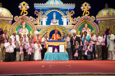 Acharya Swamishree blesses leading committee members from all of the mandals of Maninagar Shree Swaminarayan Gadi Sansthan in North America