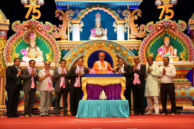 Acharya Swamishree blesses the National Advisory Committee members for all of the mandals of Maninagar Shree Swaminarayan Gadi Sansthan in North America