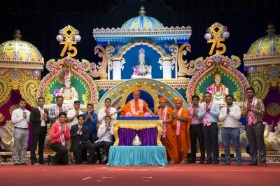 Acharya Swamishree blesses IT sant and disciple volunteers