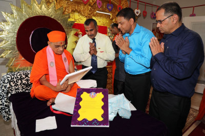 Disciples present a prathna letter to Acharya Swamishree
