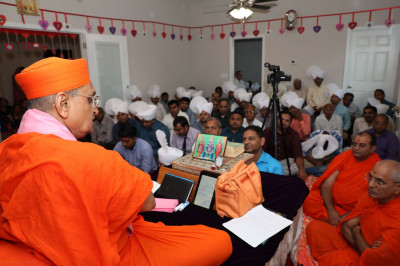 Acharya Swamishree showers His divine blessings upon the congregation in honor of the 3rd Patotsav celebrations of Shree Swaminarayan Mandir Tennessee