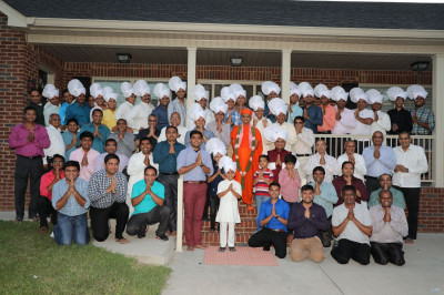 Acharya Swamishree and all Tennessee disciples outside Shree Swaminarayan Mandir Tennessee