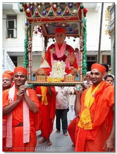Jeevanpran Swamibapa was carried on a palanquin from the Bhraham Mahol whilst the sants and devotees sang, chanted and danced as the procession proceeded to the Muktajeevan Auditorium where the festivities were to take place.